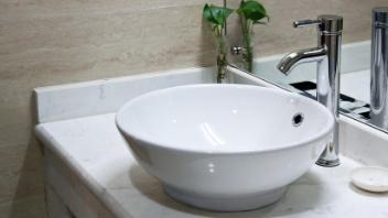 民泊の洗面所清掃